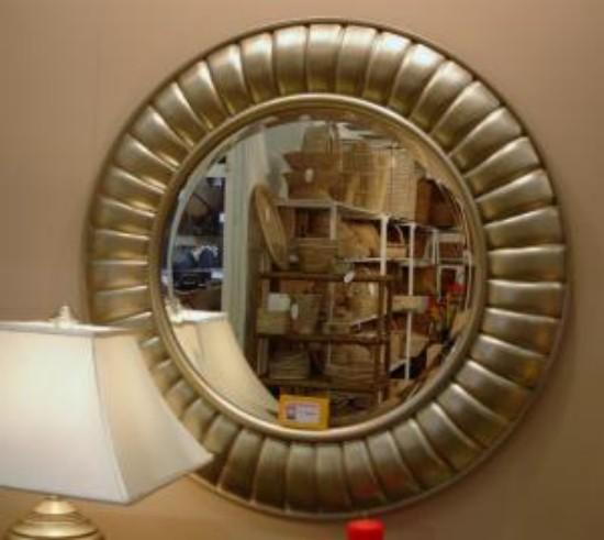 Espejos redondos de color plata con marco escamado for Espejos con marco plateado