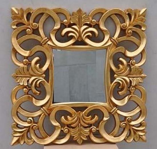 Espejo cuadrado con marco tallado en color oro for Espejo con marco de espejo