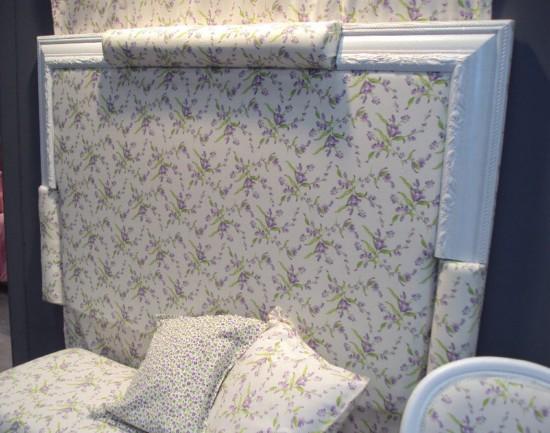 cabeceros de dormitorio tapizados con tela de flores lilas y verdes