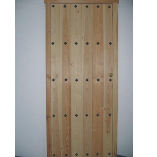 Puertas interiores en madera de pino con clavos for Puerta madera rustica