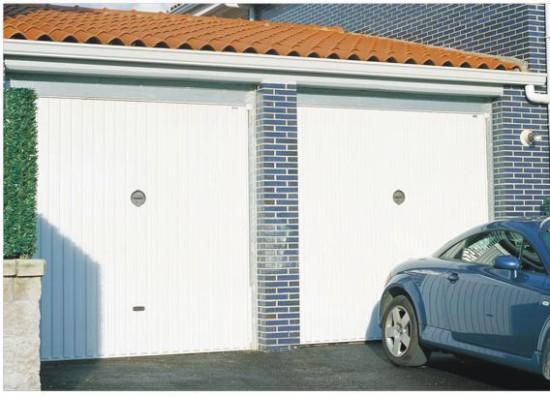 Puerta met lica de chapa con estr as verticales para garaje for Garajes modelos