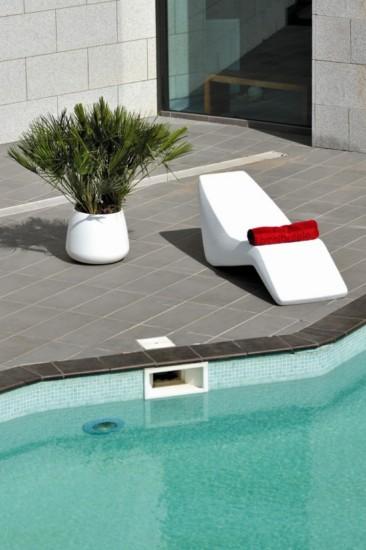 tumbonas de resina en varios colores para terrazas y
