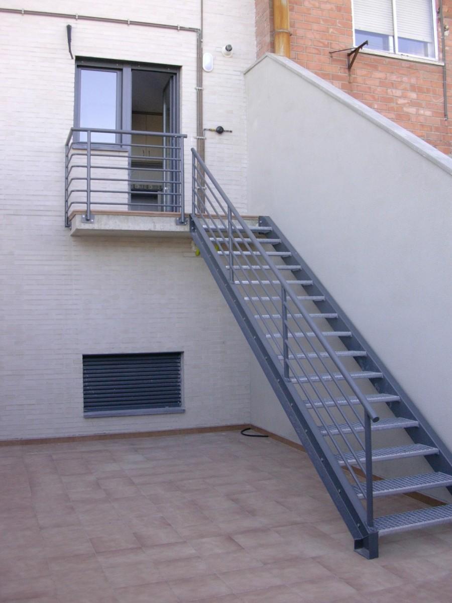Escalera exterior metlica for Escaleras de exterior de obra